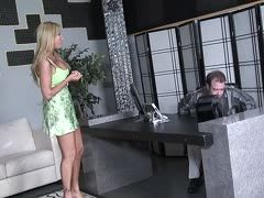 Officesex mit blonder Milf