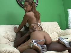 Angel Cummings bumst in scharfen High Heels